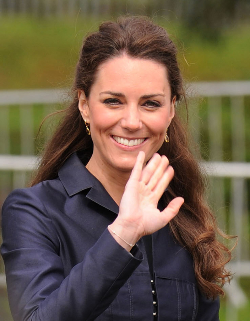 coiffure demi queue kate middleton les plus belles coiffures de kate middleton elle. Black Bedroom Furniture Sets. Home Design Ideas