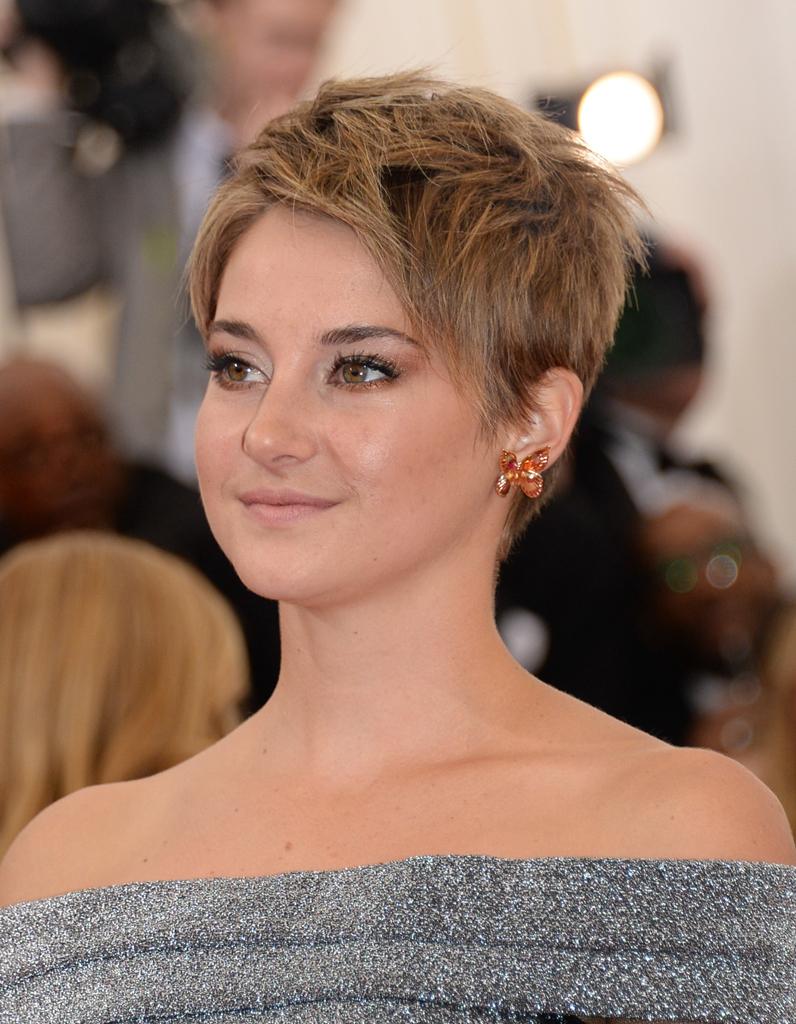 Une pixie cut blond fonc cheveux courts sur tapis for Shailene woodley coupe de cheveux