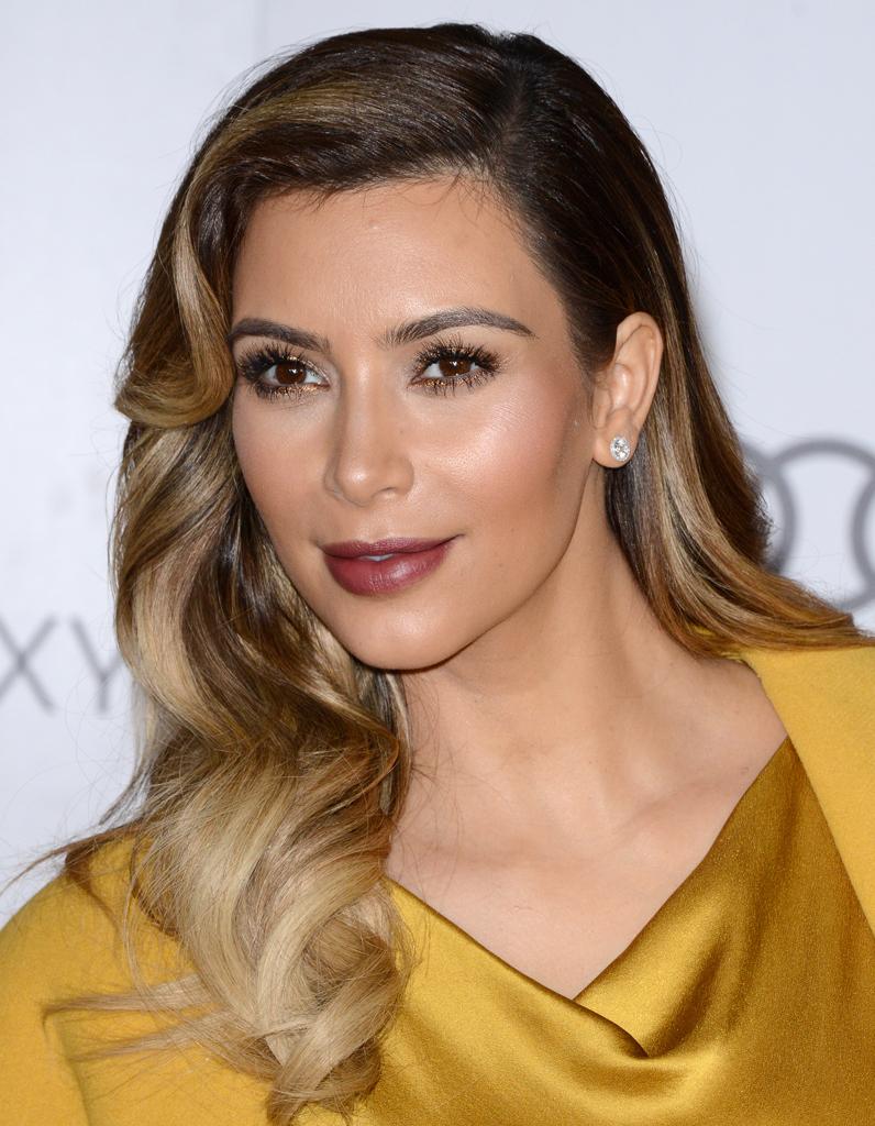 Kim Kardashian les cheveux bouclés