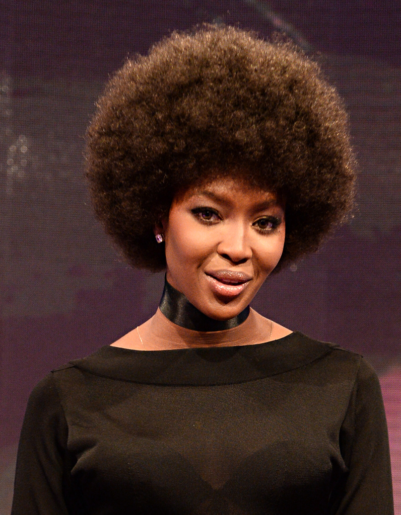 Naomi campbell et sa coupe afro cheveux ces stars qui for Coupe cheveux afro naturel