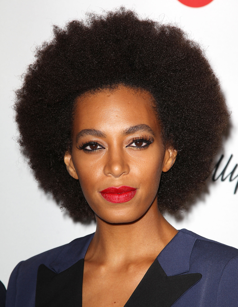 solange knowles et sa coupe afro cheveux ces stars qui reviennent au naturel elle. Black Bedroom Furniture Sets. Home Design Ideas