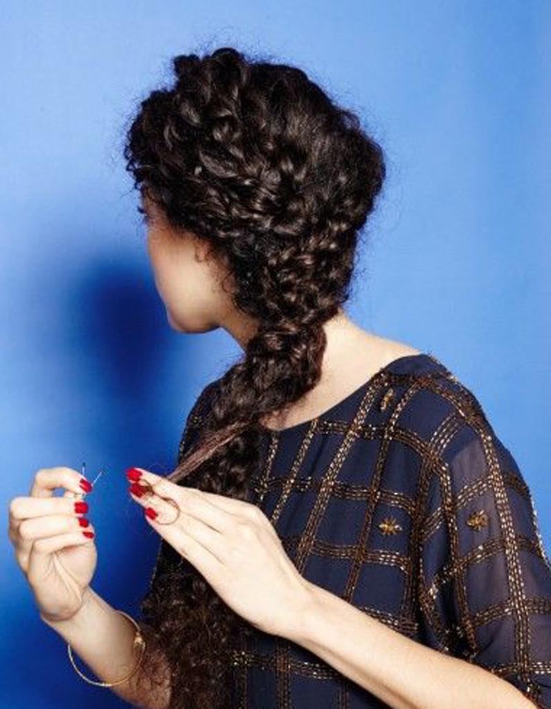 Coiffure cheveux fris s longs cheveux fris s nos plus jolies id es pour les coiffer elle - Coiffure pour cheveux frises ...