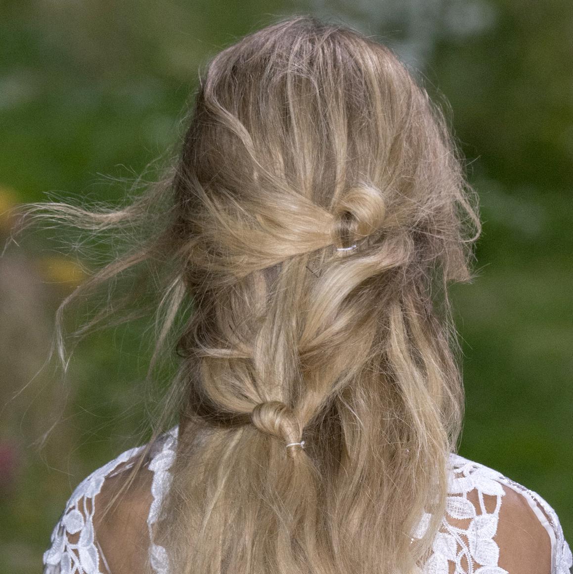 Coiffure noeud comment se faire une coiffure noeuds elle - Fabriquer une coiffeuse ...