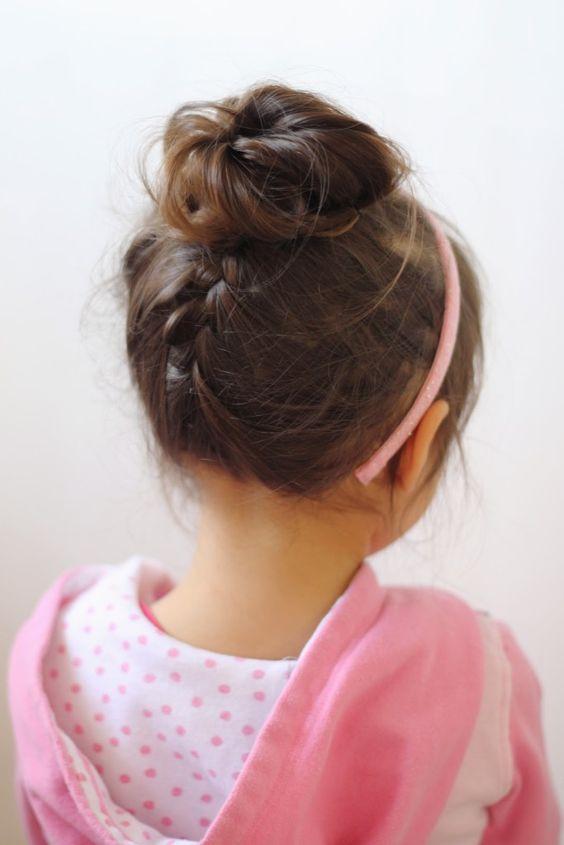 coiffure petite fille avec serre t te 40 coiffures de petite fille qui changent des couettes. Black Bedroom Furniture Sets. Home Design Ideas