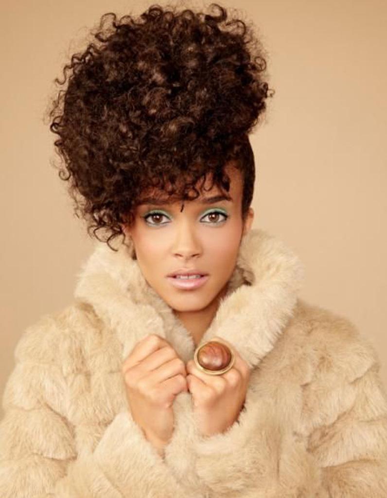 coiffure cheveux afro fris s printemps t 2015 coiffures afro les filles styl es donnent le. Black Bedroom Furniture Sets. Home Design Ideas