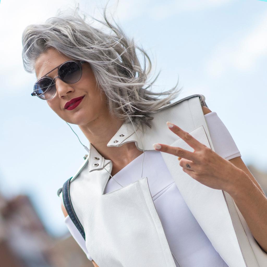 Comment bien porter les cheveux gris elle for Coupe femme cheveux blond gris