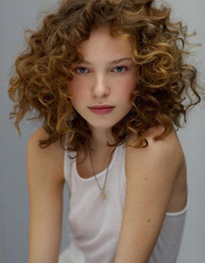 Coupe cheveux courts femme boucles