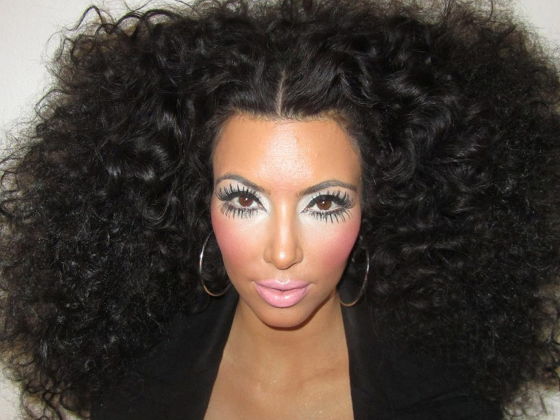 Top Kim Kardashian brune cheveux frisés volume XXL en août 2012 - Kim  YR62