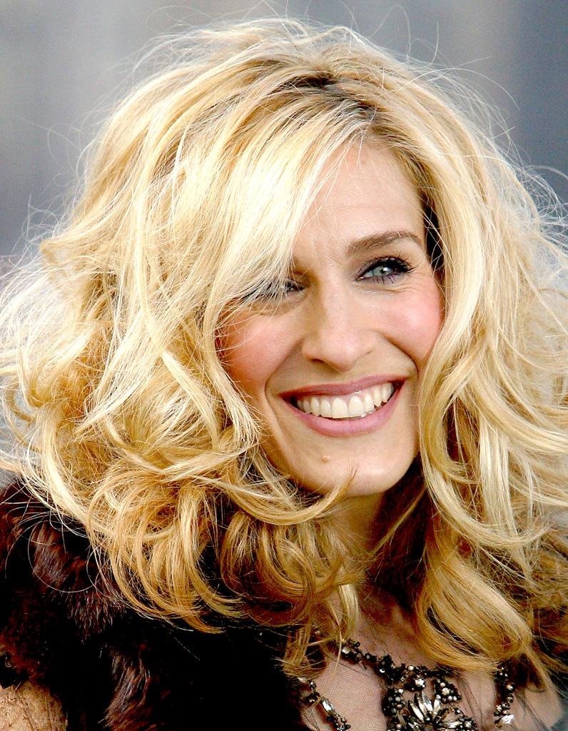 Assez Sarah Jessica Parker blonde platine cheveux bouclés en mars 2003  UI79