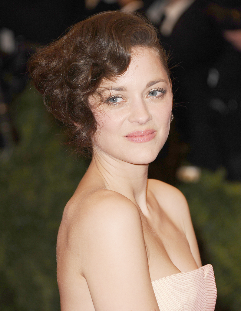 le carr boucl de marion cotillard 1 carr 9 possibilit s marion cotillard nous inspire elle. Black Bedroom Furniture Sets. Home Design Ideas