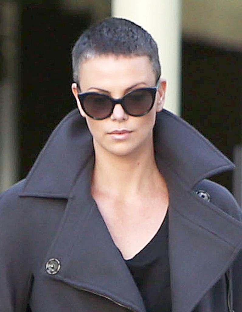 Charlize Theron, les cheveux gris et rasés , Coupe courte  comment  Charlize Theron gère la repousse , Elle