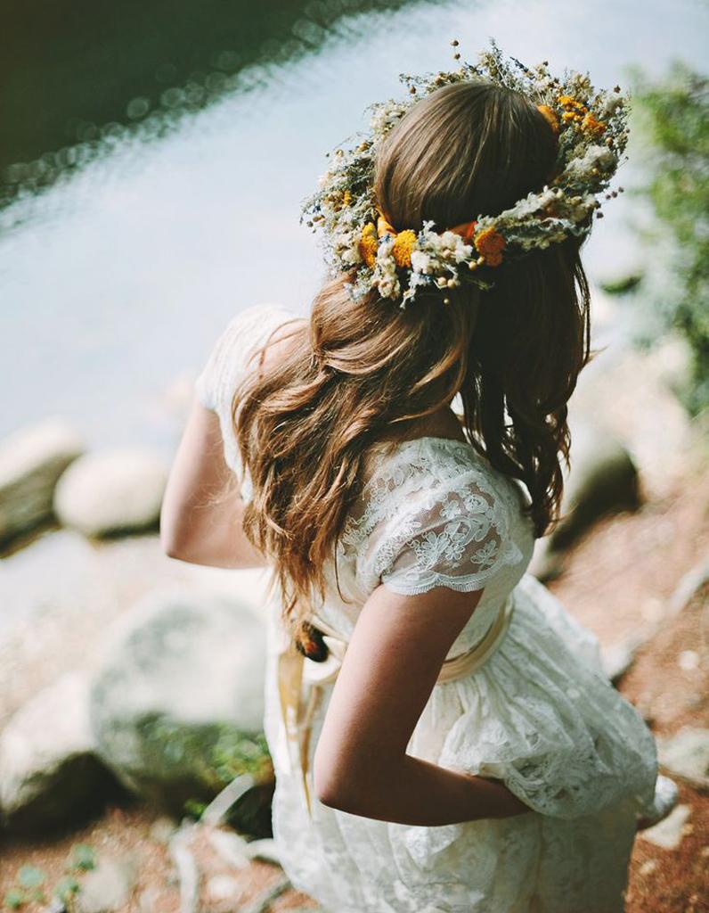 coiffure de mari e couronne de fleurs printani res les plus jolies coiffures de mari e pour s. Black Bedroom Furniture Sets. Home Design Ideas