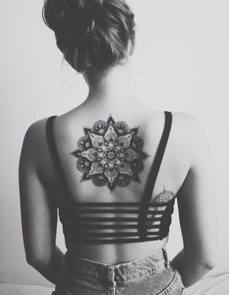 id e tatouage une rosace dans le dos les 40 plus beaux. Black Bedroom Furniture Sets. Home Design Ideas