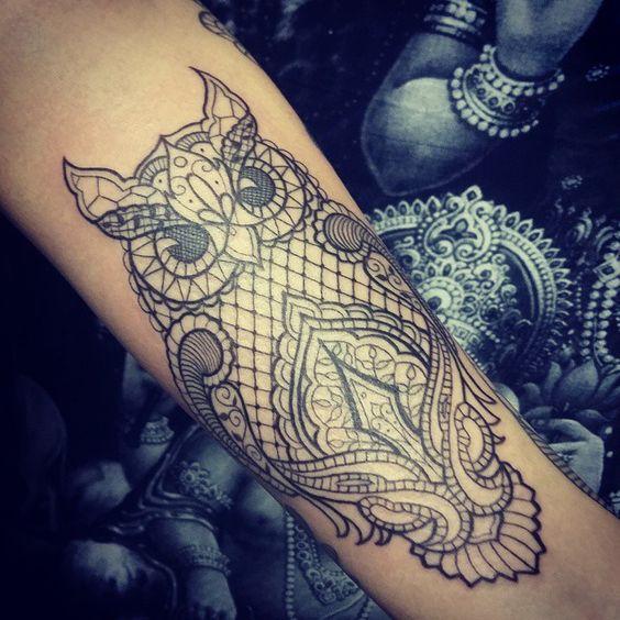 tatouage dentelle hibou tatouage dentelle la tendance qui se brode sur la peau elle. Black Bedroom Furniture Sets. Home Design Ideas