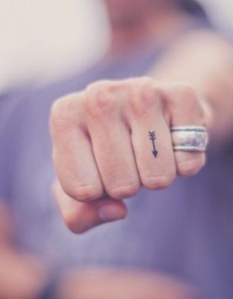 tatouage doigt fleche des tatouages jusqu au bout des. Black Bedroom Furniture Sets. Home Design Ideas