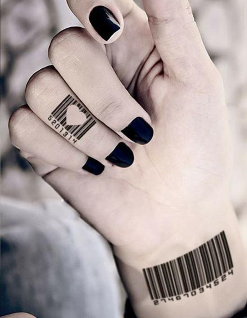 tatouage doigt original des tatouages jusqu au bout des doigts elle. Black Bedroom Furniture Sets. Home Design Ideas