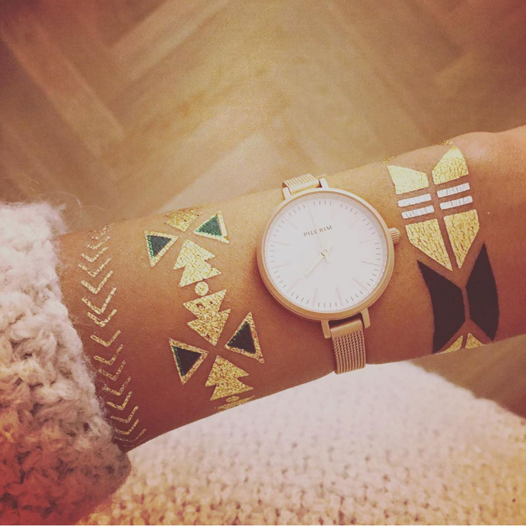 Tatouage dor bracelet 24 tatouages dor s pour une peau illumin e elle - Tatouage ephemere dore ...