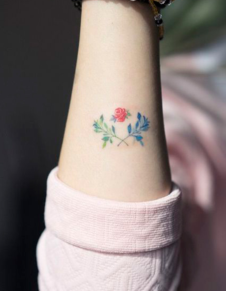 Tatouage poignet fleur fashion designs - Tatouage cheville fleur ...