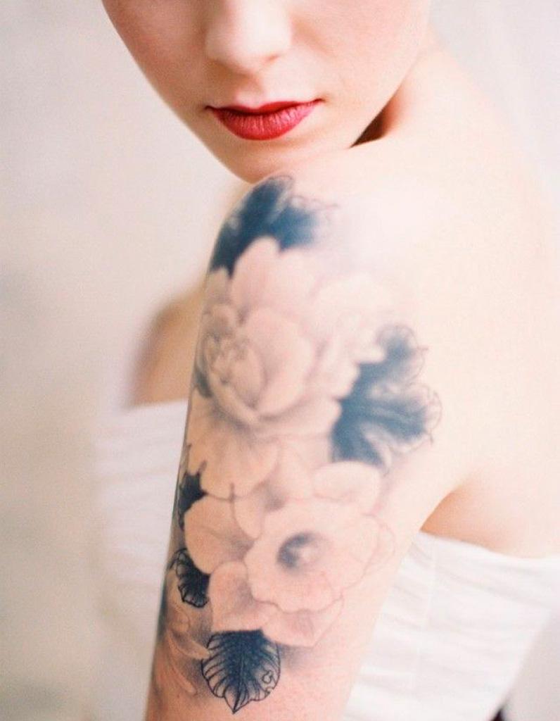 Tatouage fleur sur l\u0027épaule
