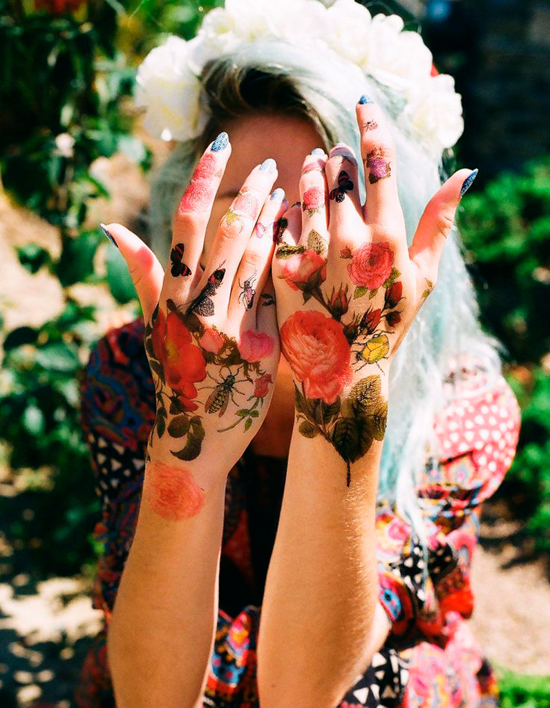tatouage fleur sur les mains 20 tatouages fleuris qui font envie elle. Black Bedroom Furniture Sets. Home Design Ideas