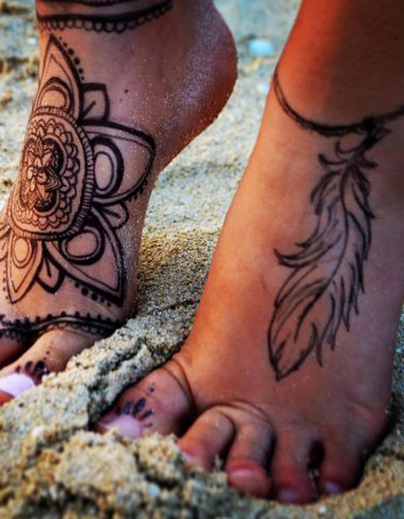 Tatouage plume pied