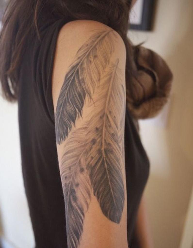 Tatouage plume sous l 39 paule tatouage plume la l geret dans la peau elle - Tatouage derriere le bras ...