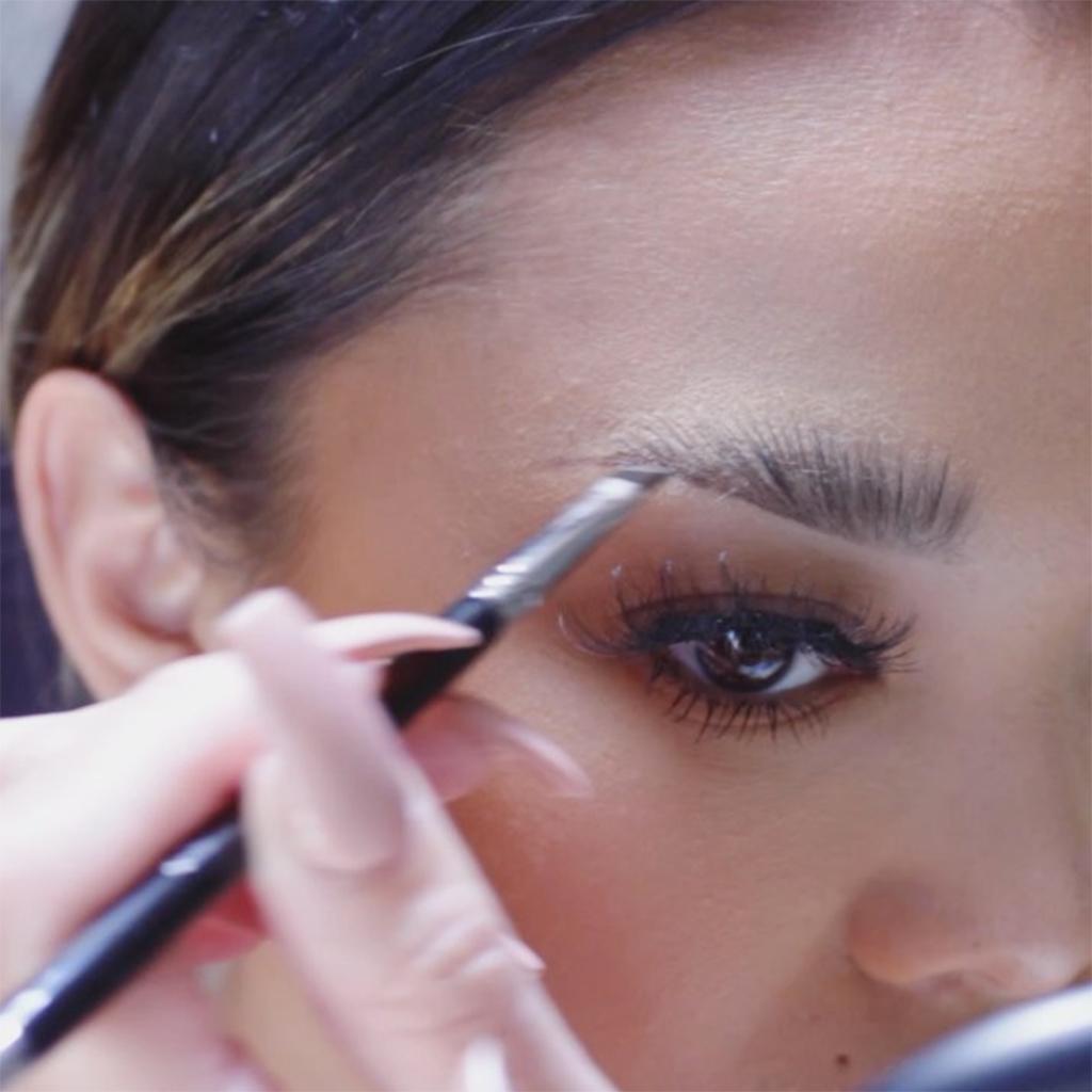 Extrêmement Voici le meilleur geste pour maquiller ses sourcils - Elle EV89