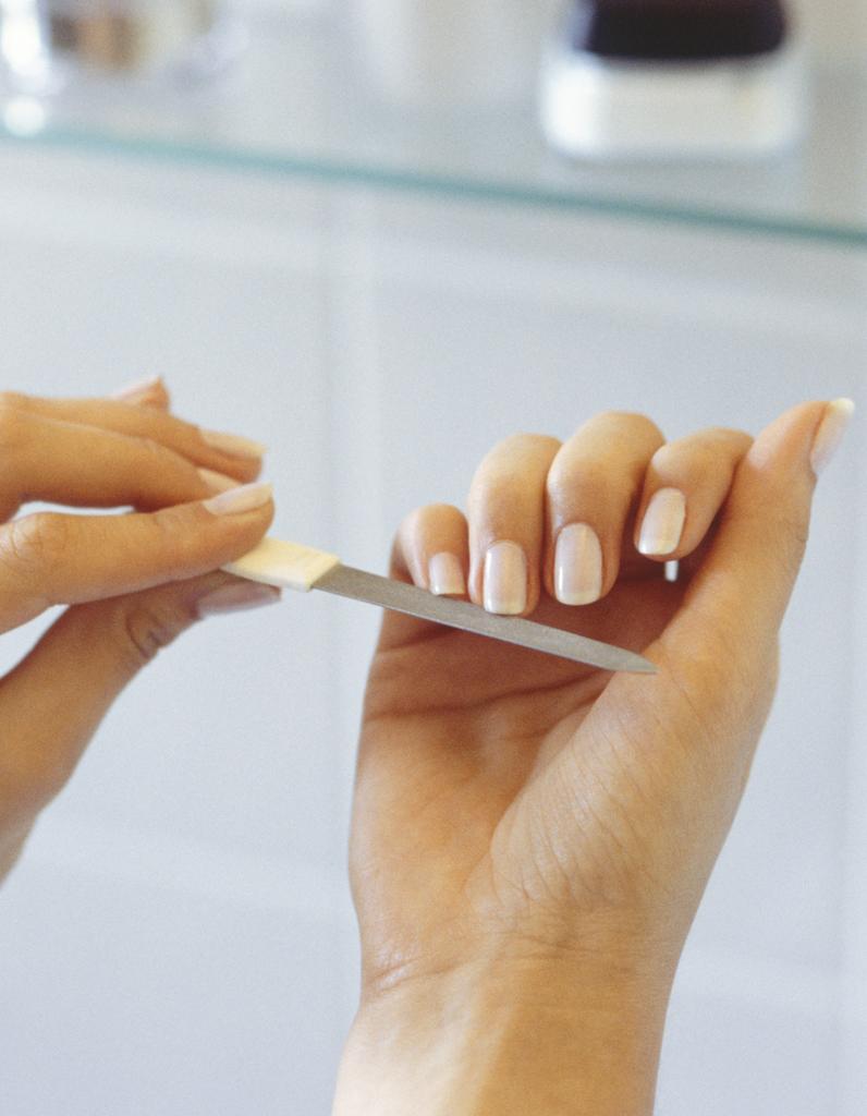 comment se d barrasser des petites peaux autour des ongles elle. Black Bedroom Furniture Sets. Home Design Ideas