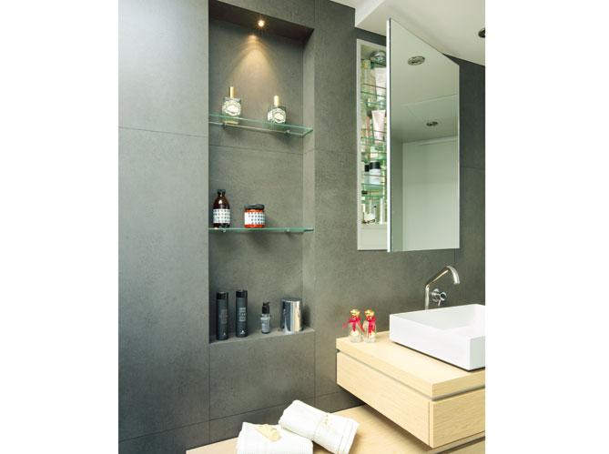 Des rangements malins dans la salle de bains elle d coration - Range serviette salle de bain ...
