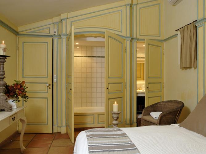 10 petites salles de bains pleines d 39 astuces elle d coration for Petit placard salle de bain