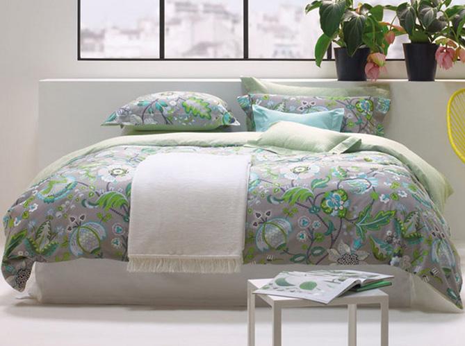 du linge de lit tr s fleuri elle d coration. Black Bedroom Furniture Sets. Home Design Ideas