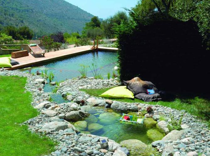 Les piscines naturelles retour aux sources elle d coration for Autoconstruction piscine naturelle