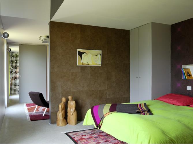 Une maison colo tr s moderne elle d coration for Chambre couleur bordeaux