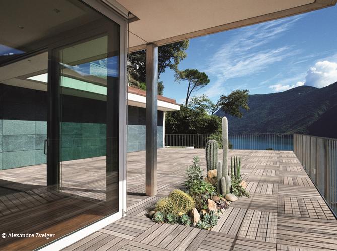 des fleurs qui poussent au milieu de la terrasse c est possible elle d coration. Black Bedroom Furniture Sets. Home Design Ideas