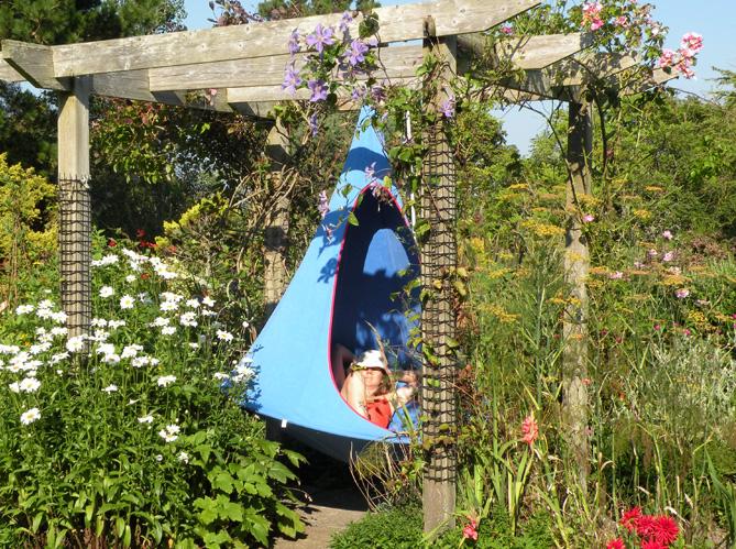 La sieste au jardin a fait du bien elle d coration for Decoration de jardin pour halloween