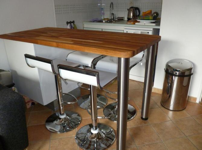 Les plus belles cuisines de nos internautes elle d coration - Table de cuisine haute avec rangement ...
