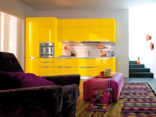 Des petites cuisines astucieuses et l gantes elle d coration - Cuisine noir et jaune ...