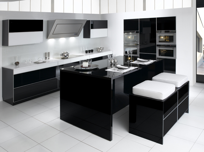noir et blanc habillent la cuisine elle d coration. Black Bedroom Furniture Sets. Home Design Ideas