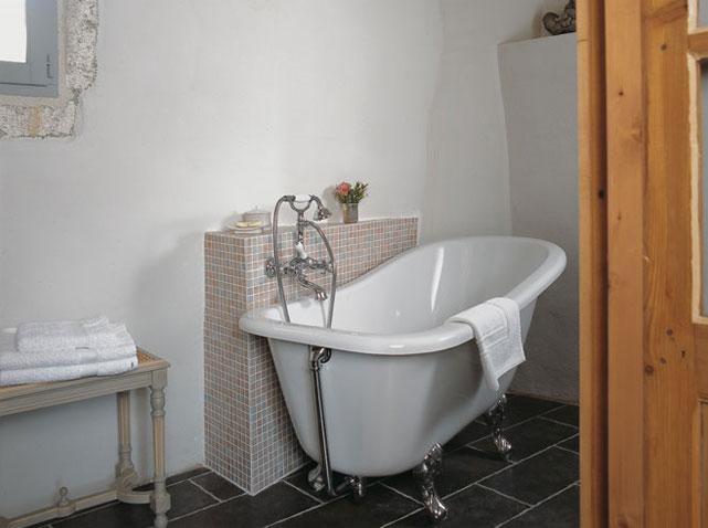 Des salles de bains de charme elle d coration - Petite baignoire sur pied ...