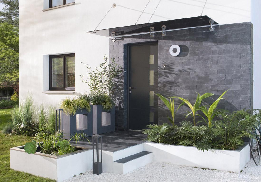 am nager une entr e ext rieure de maison avie home. Black Bedroom Furniture Sets. Home Design Ideas