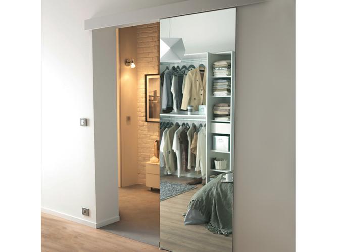 les portes coulissantes jouent les cloisons avec succ s elle d coration. Black Bedroom Furniture Sets. Home Design Ideas
