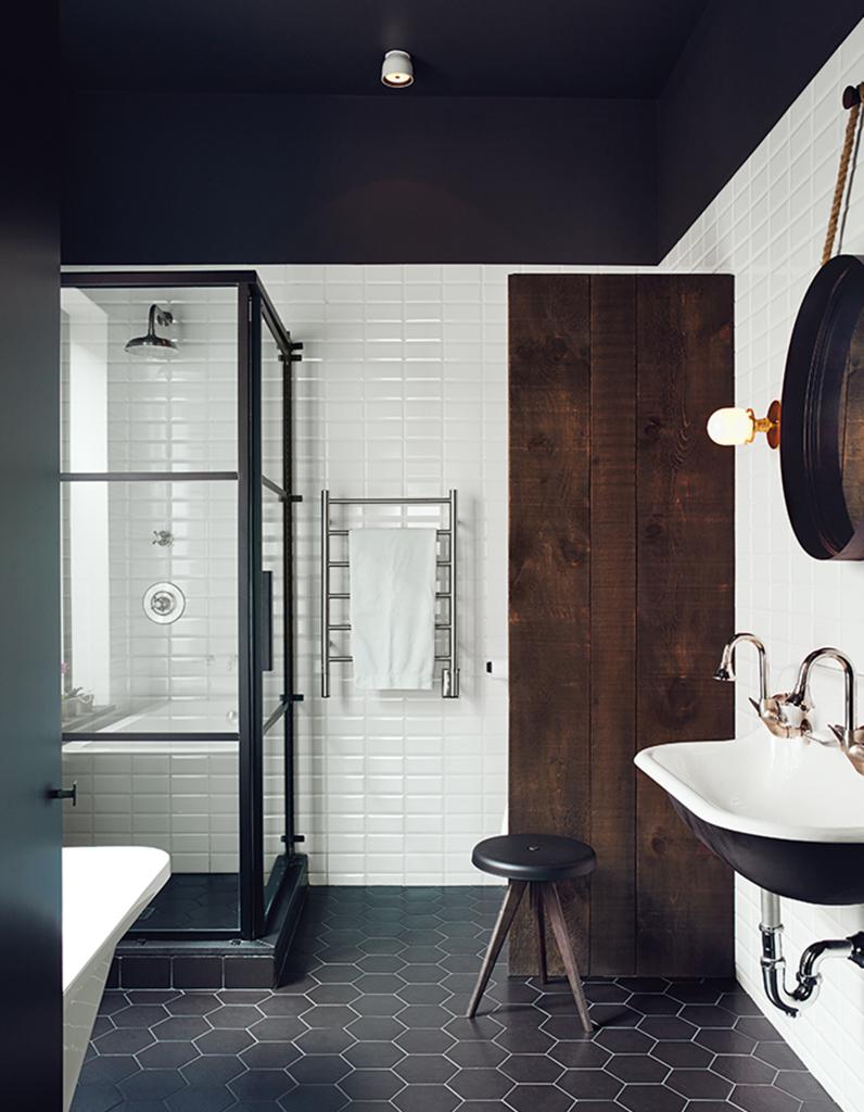 Un plafond noir pour une salle de bains théâtralisée   un plafond ...