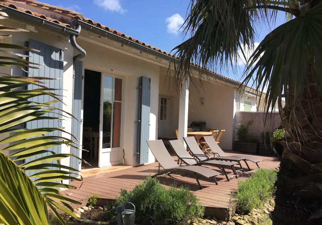 airbnb le de r 25 villas lofts et appartements de r ve louer sur l le de r elle. Black Bedroom Furniture Sets. Home Design Ideas