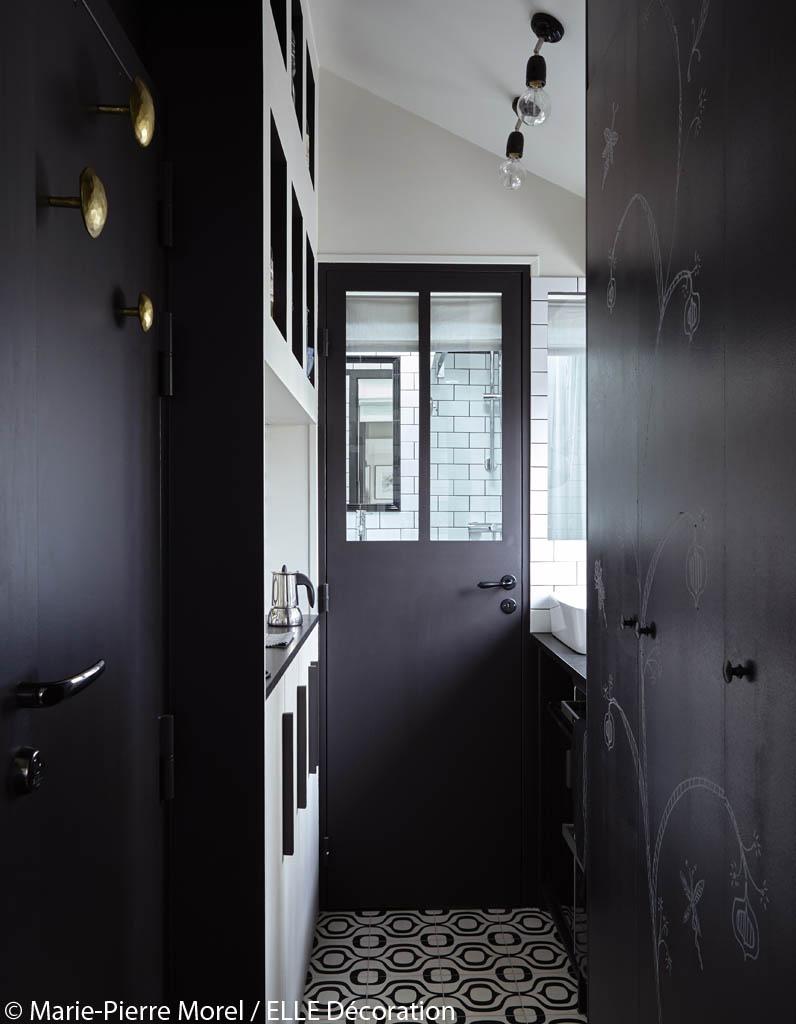am nagement petit studio sous les toits vivre dans 11 m2. Black Bedroom Furniture Sets. Home Design Ideas