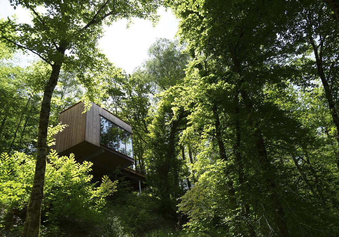cabane dans les arbres ou cabane sur roulette dormir. Black Bedroom Furniture Sets. Home Design Ideas
