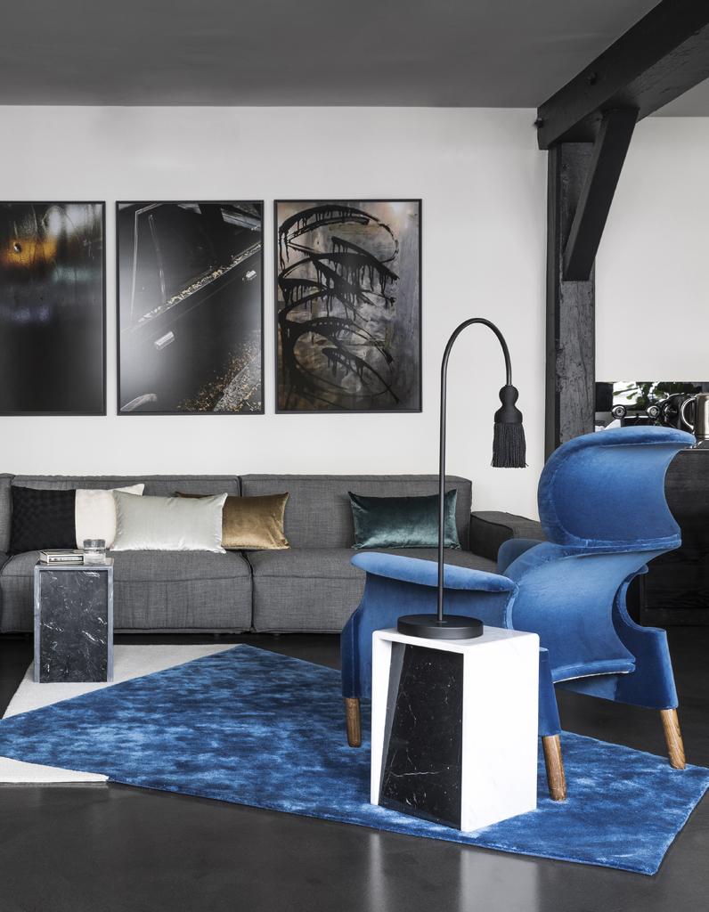 Paris visitez cet incroyable appartement noir sous les for Appartement sous les toits