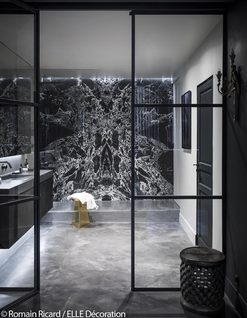 paris visitez cet incroyable appartement noir sous les toits d 39 un ancien couvent elle d coration. Black Bedroom Furniture Sets. Home Design Ideas