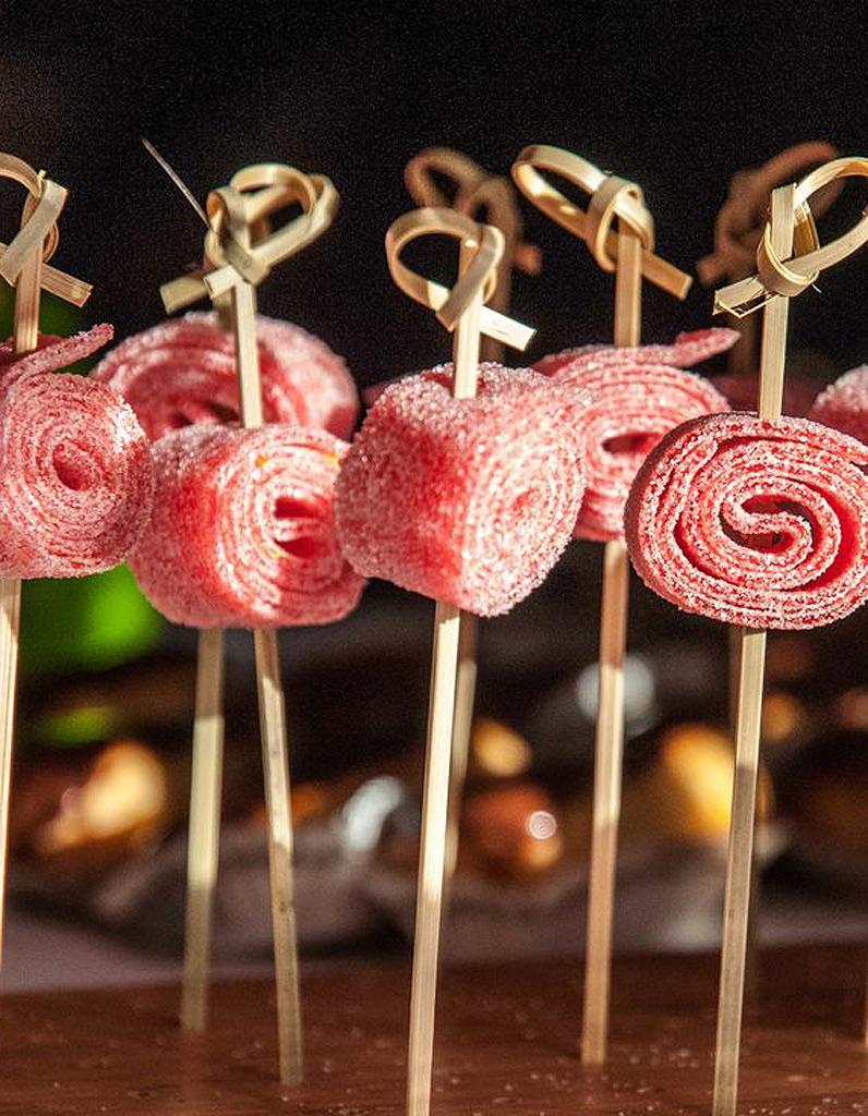 brochette de bonbons facile 10 brochettes de bonbons croquer elle table. Black Bedroom Furniture Sets. Home Design Ideas