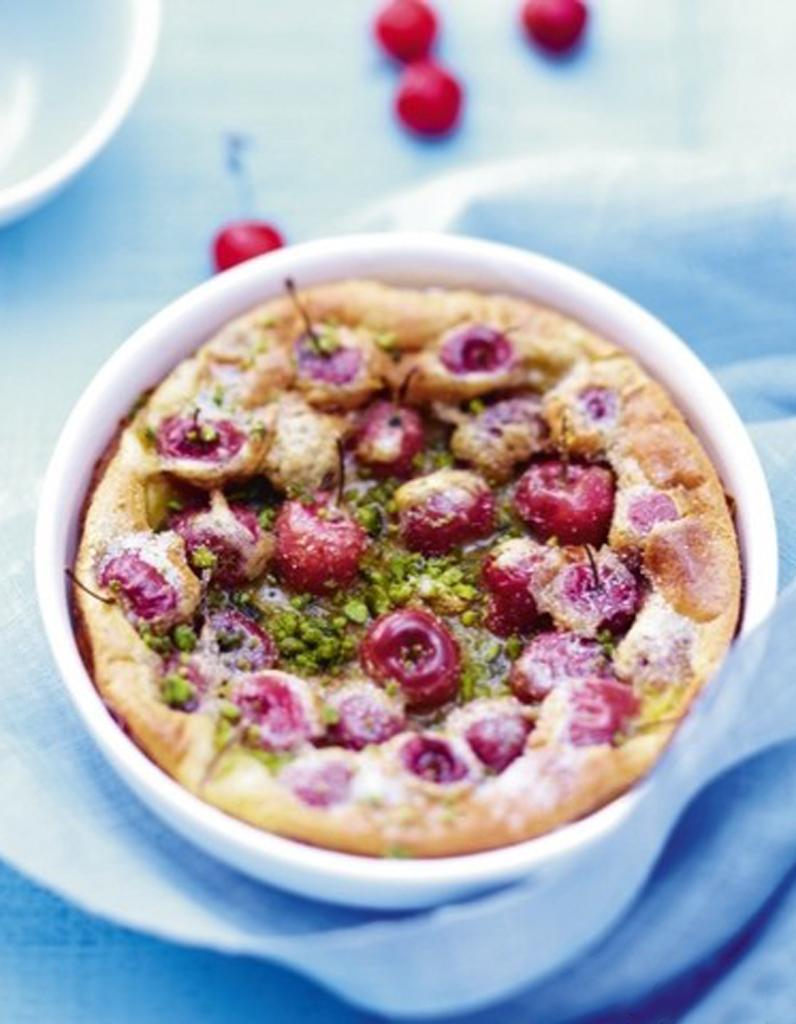 Clafoutis aux cerises du soleil dans nos desserts elle - Vers dans les cerises ...
