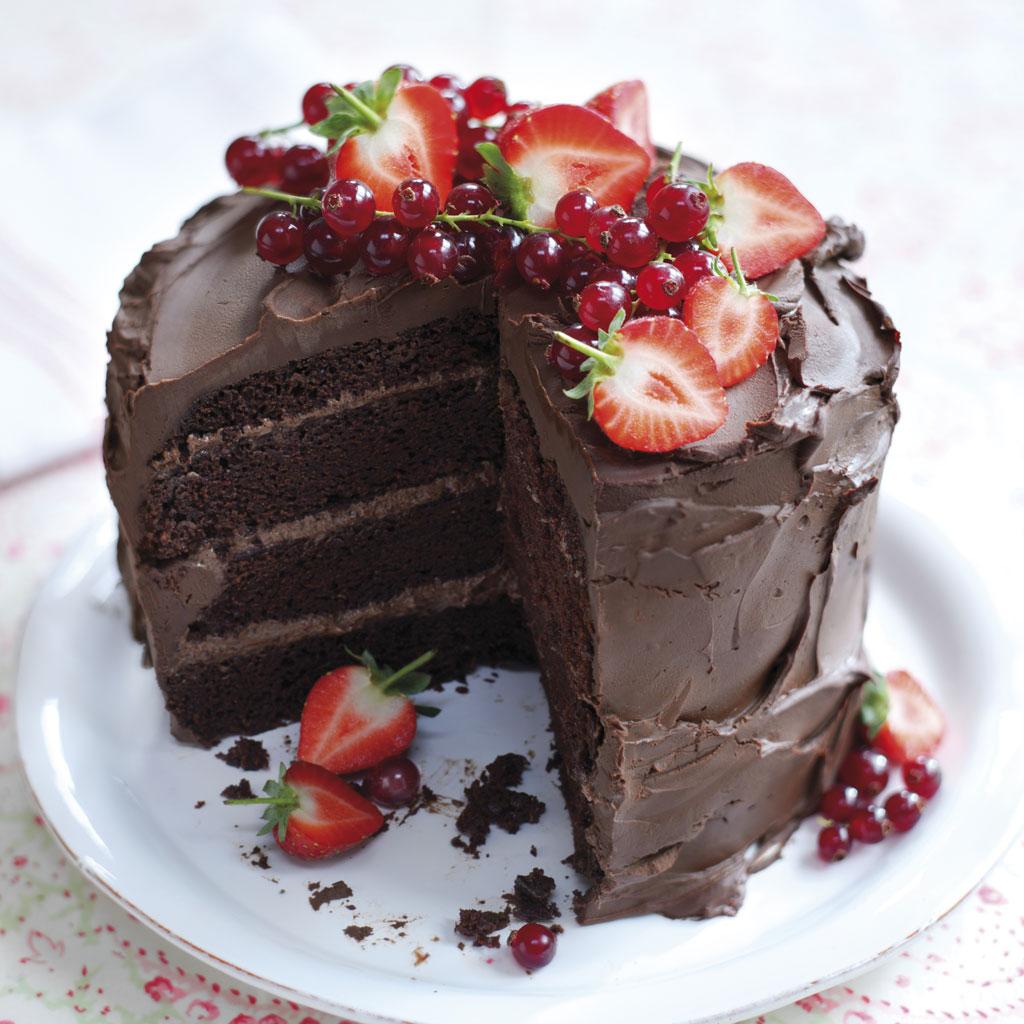 layer cake au chocolat avec des fraises 15 id es de layer cake qui nous font envie elle table. Black Bedroom Furniture Sets. Home Design Ideas